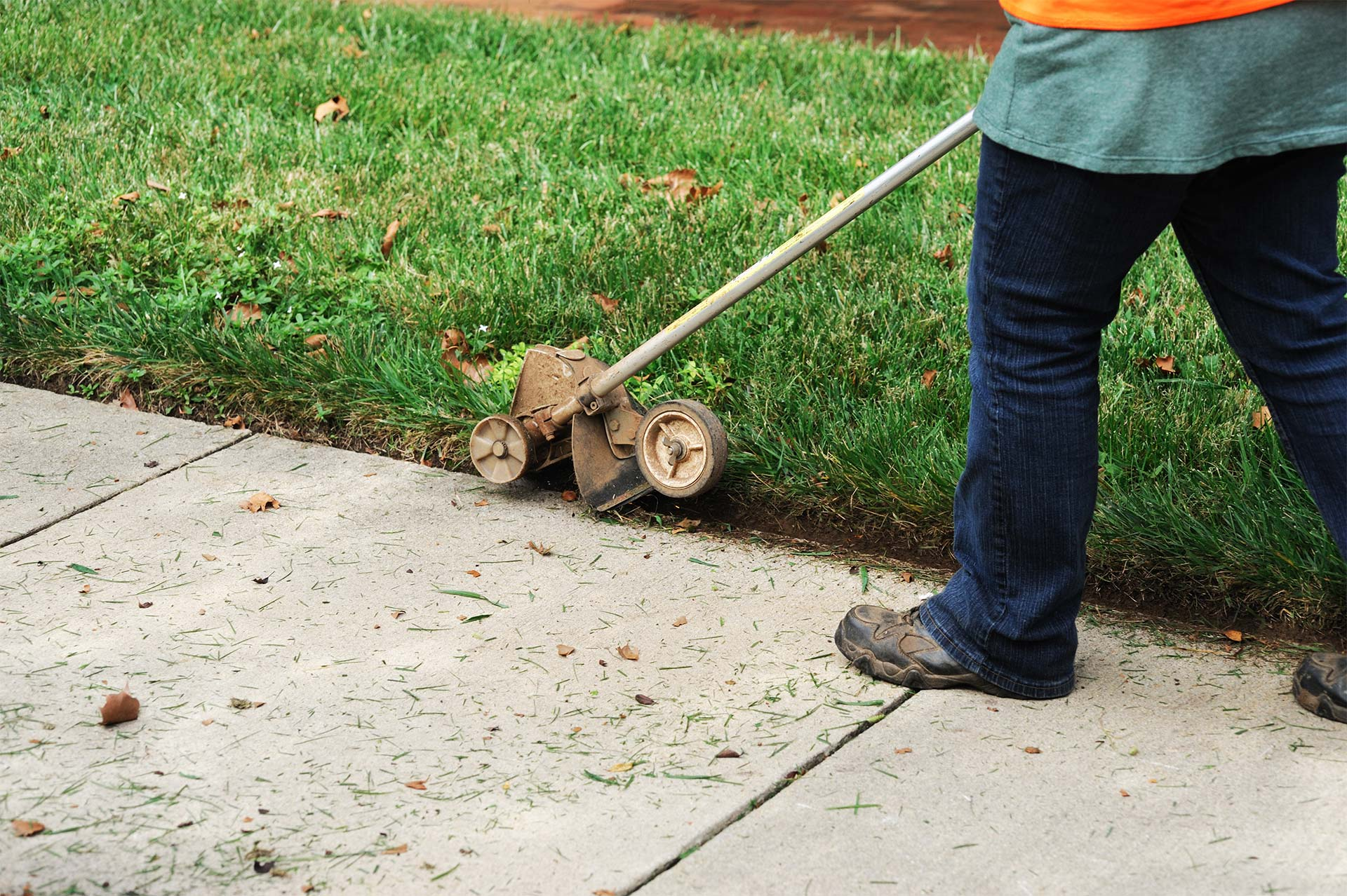 Edging lawn with lawn edger